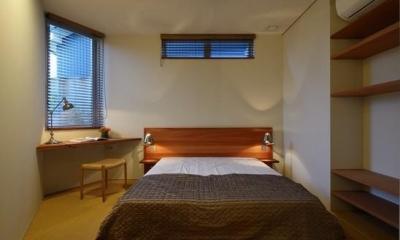 『名古屋・瑞穂区の家』不思議な奥行感のある住宅 (落ち着いた雰囲気の寝室-ローベッド)