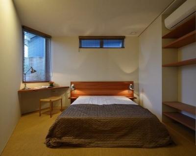 落ち着いた雰囲気の寝室-ローベッド (『名古屋・瑞穂区の家』不思議な奥行感のある住宅)
