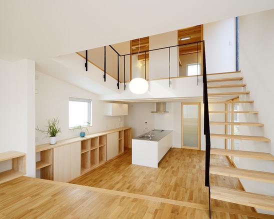 『蒲郡・新井形の家』コンパクト&シンプルな住まい (リビングよりキッチンを見る)
