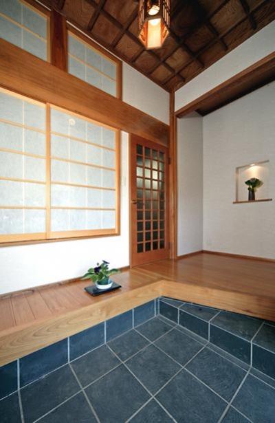 開放的な玄関 (和風クラシックモダンな2世帯住宅)