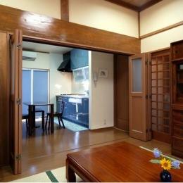 和風クラシックモダンな2世帯住宅 (茶の間よりダイニングキッチンを見る)