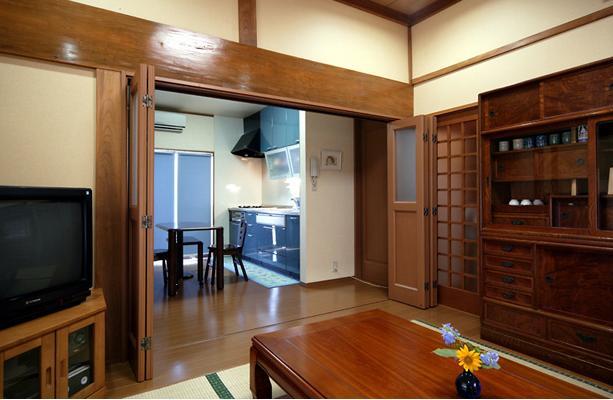 和風クラシックモダンな2世帯住宅の写真 茶の間よりダイニングキッチンを見る
