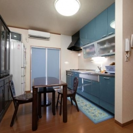 和風クラシックモダンな2世帯住宅 (ブルーが爽やかなダイニングキッチン)
