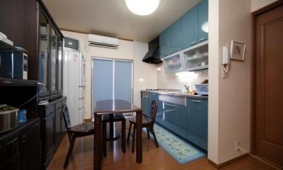 ブルーが爽やかなダイニングキッチン|和風クラシックモダンな2世帯住宅