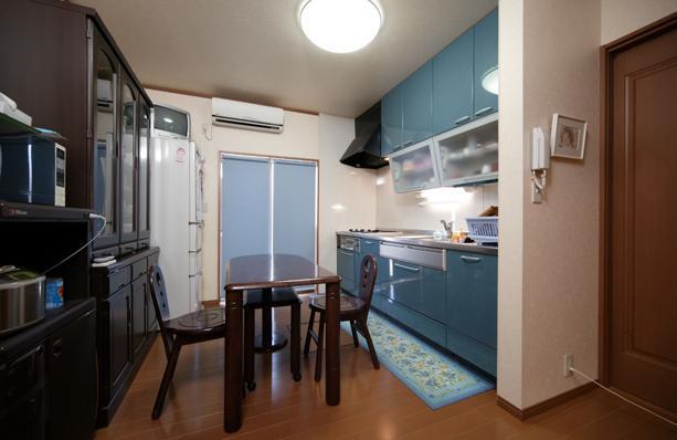 和風クラシックモダンな2世帯住宅の写真 ブルーが爽やかなダイニングキッチン