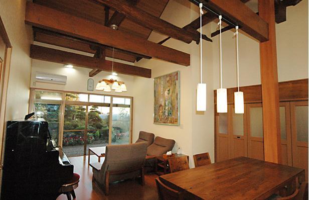 和風クラシックモダンな2世帯住宅の写真 梁・柱現しのリビングダイニング