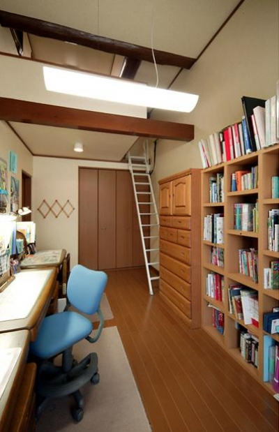 ロフト付きの寝室 (和風クラシックモダンな2世帯住宅)