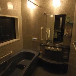 和風クラシックモダンな2世帯住宅 (黒基調のシックな浴室)