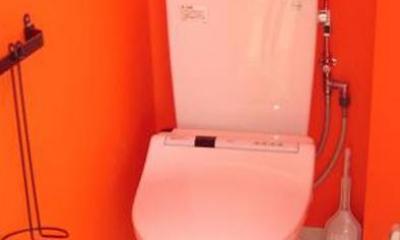 「カラフル・リフォーム」視覚で楽しむ家 (オレンジ壁のトイレ)