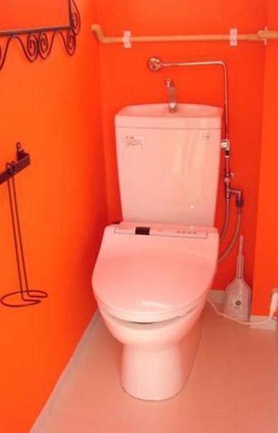 オレンジ壁のトイレ (「カラフル・リフォーム」視覚で楽しむ家)