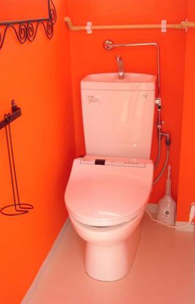 「カラフル・リフォーム」視覚で楽しむ家の部屋 オレンジ壁のトイレ