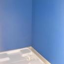 ブルー壁の洗濯機スペース