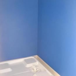 「カラフル・リフォーム」視覚で楽しむ家 (ブルー壁の洗濯機スペース)