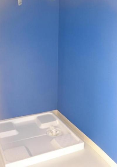 ブルー壁の洗濯機スペース (「カラフル・リフォーム」視覚で楽しむ家)