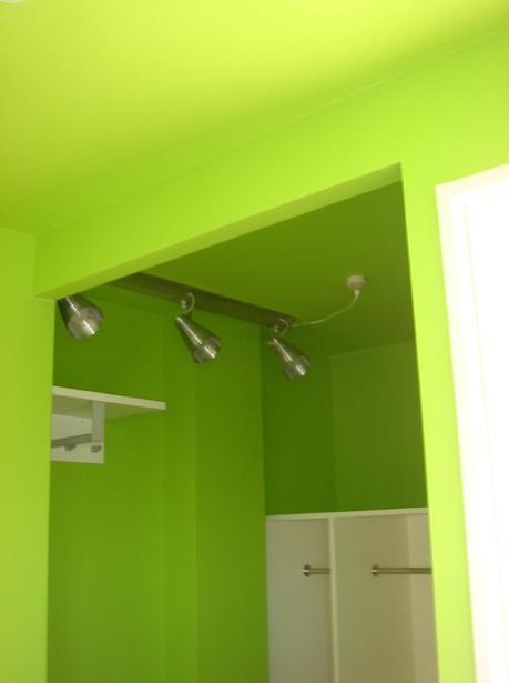 「カラフル・リフォーム」視覚で楽しむ家の部屋 イエローグリーンのウォークインクローゼット