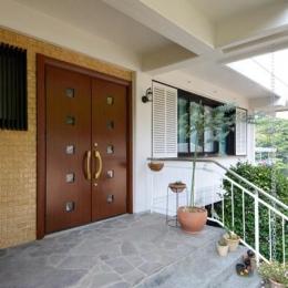 自然に囲まれた立地にこだわりの欧風空間を実現 (両開きの大きな玄関ドア)