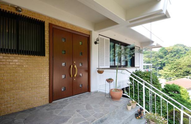 自然に囲まれた立地にこだわりの欧風空間を実現の写真 両開きの大きな玄関ドア
