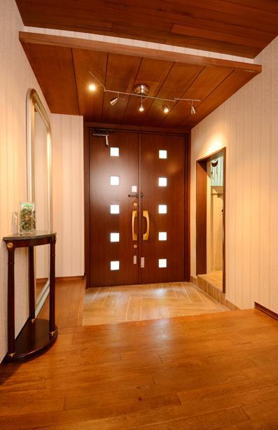 自然に囲まれた立地にこだわりの欧風空間を実現の部屋 開放的な玄関