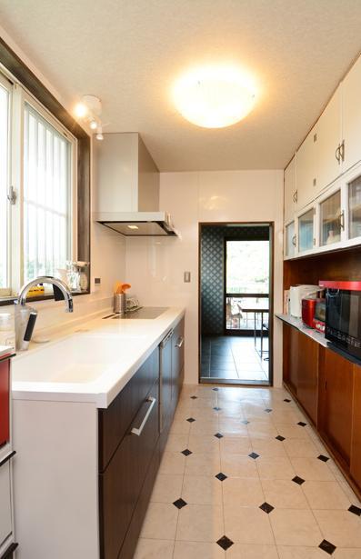 自然に囲まれた立地にこだわりの欧風空間を実現の写真 収納たっぷりのキッチン