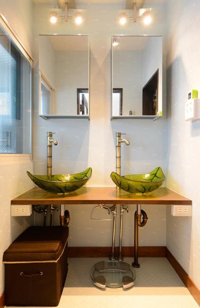自然に囲まれた立地にこだわりの欧風空間を実現の写真 洗面室-施主支給の洗面ボウル