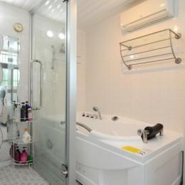 自然に囲まれた立地にこだわりの欧風空間を実現 (ガラス張りの浴室)