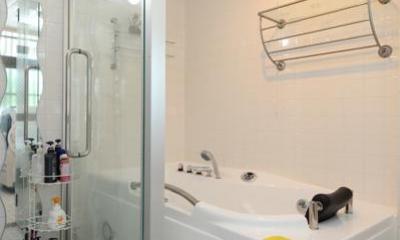 ガラス張りの浴室|自然に囲まれた立地にこだわりの欧風空間を実現