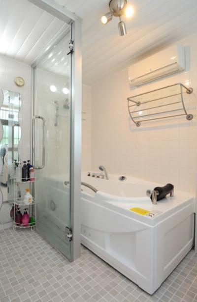 ガラス張りの浴室 (自然に囲まれた立地にこだわりの欧風空間を実現)