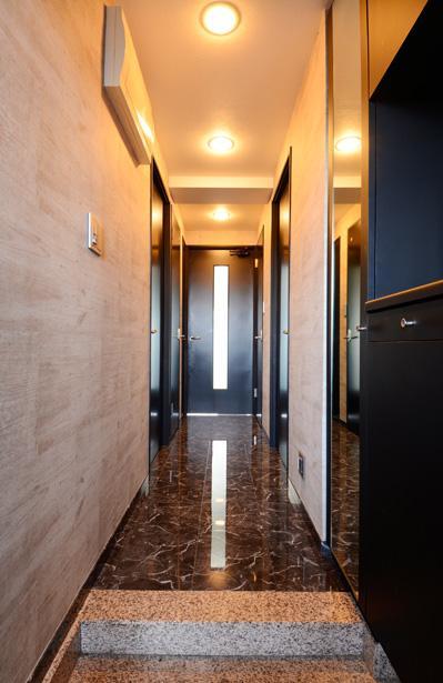 「黒」にこだわったスマートなLDKの部屋 スタイリッシュな玄関ホール・廊下