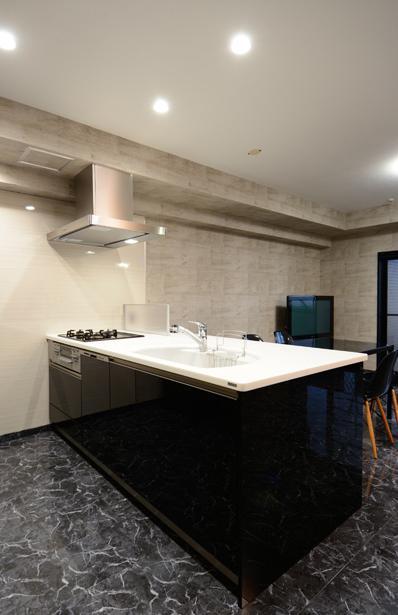 「黒」にこだわったスマートなLDKの部屋 黒基調の対面式キッチン