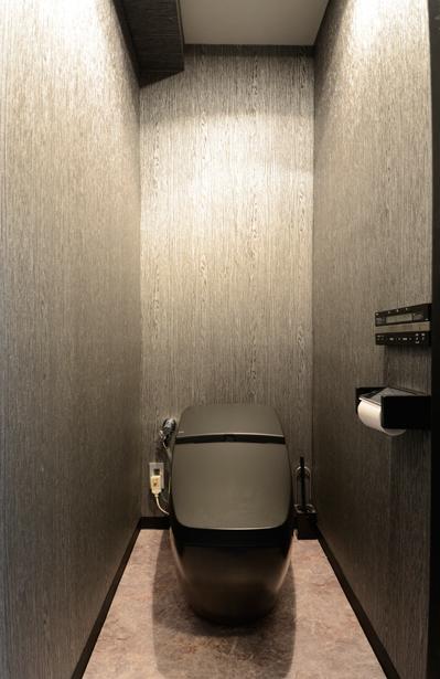 「黒」にこだわったスマートなLDKの部屋 黒基調のシックなトイレ