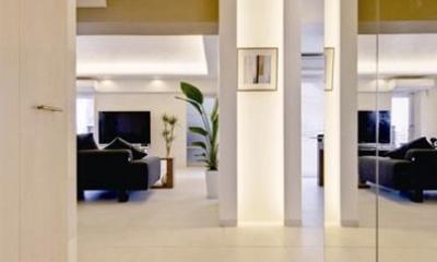素材や設備を吟味した高級シンプルモダン空間 (リビングへと視界が広がる玄関)