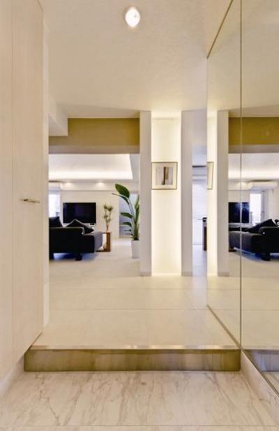 リビングへと視界が広がる玄関 (素材や設備を吟味した高級シンプルモダン空間)