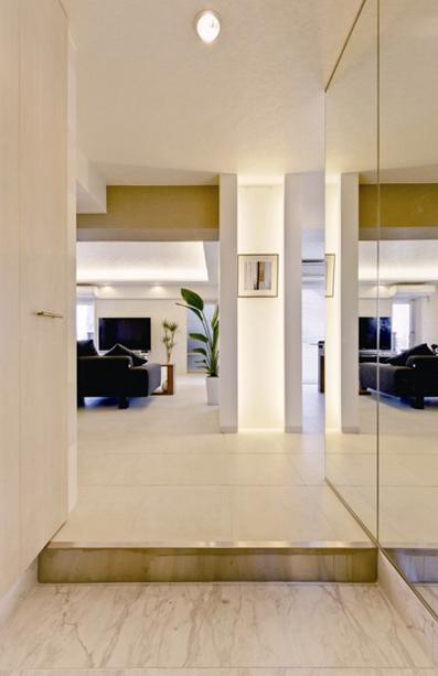 素材や設備を吟味した高級シンプルモダン空間の写真 リビングへと視界が広がる玄関