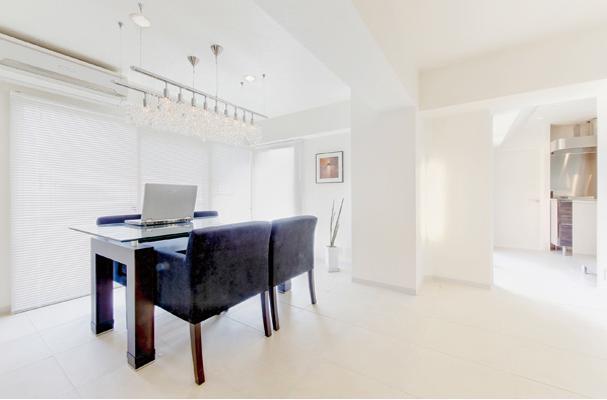 素材や設備を吟味した高級シンプルモダン空間の写真 ダイニング-白を基調とした上質空間