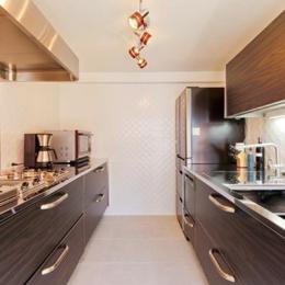 素材や設備を吟味した高級シンプルモダン空間 (スタイリッシュなキッチン)