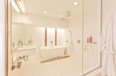 ホテルライクなバスルーム (素材や設備を吟味した高級シンプルモダン空間)