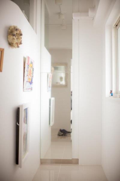 玄関ホールの収納スペース (共働き夫婦が選んだ三世代が集う家  家族が多くても散らからない スッキリした暮らし)