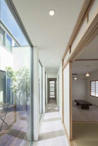 高野台CCH/プライベートコート(中庭)のある家 (プライベートコートが見える廊下)