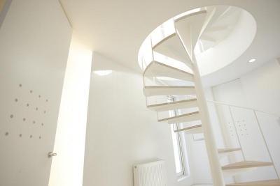 三角敷地の白い家 (螺旋階段)