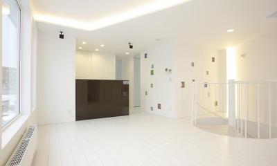 三角敷地の白い家