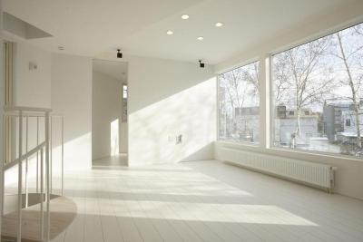 三角敷地の白い家 (真っ白なリビングダイニング)