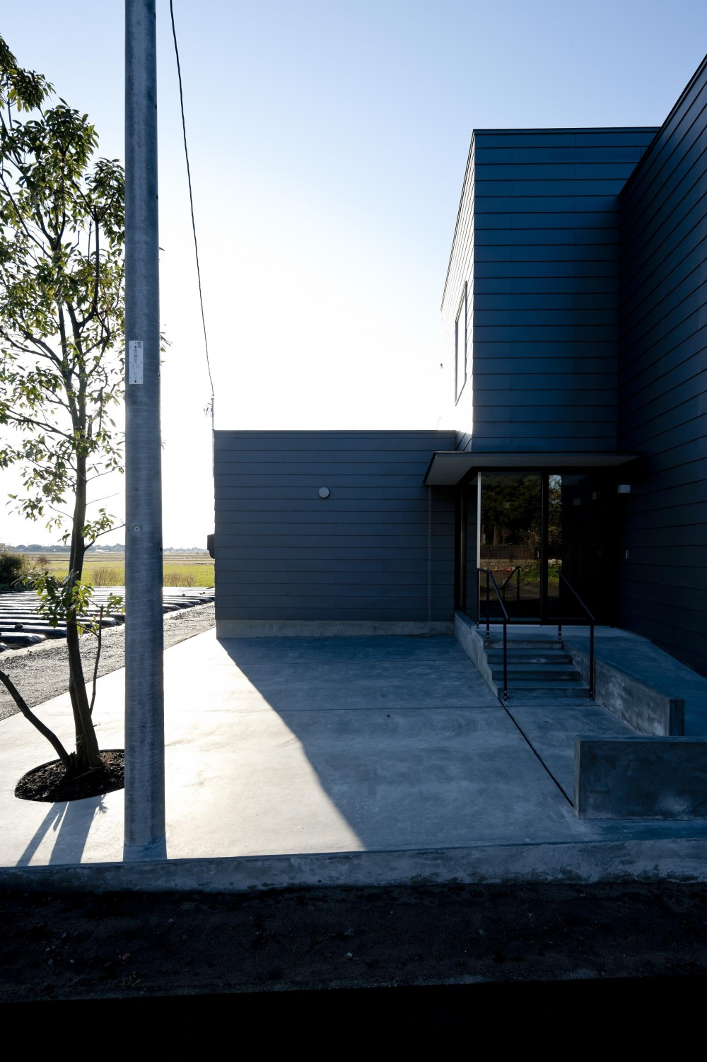 k house (玄関アプローチ(撮影:© 村井 勇))
