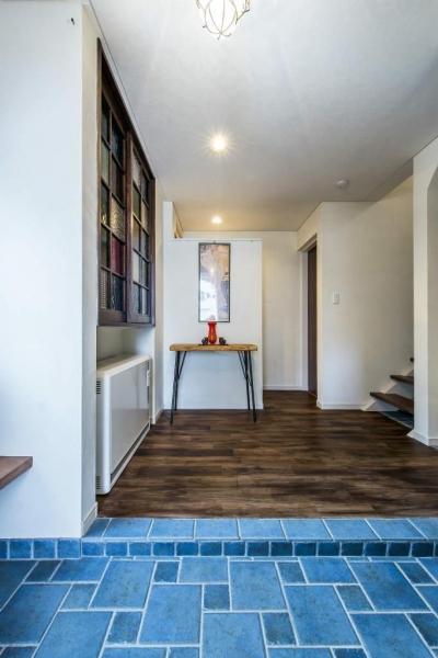 玄関 (瑠璃色タイルが美しい、レトロモダンな家)