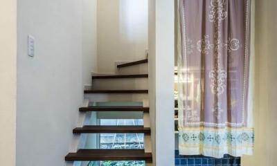 瑠璃色タイルが美しい、レトロモダンな家 (玄関)