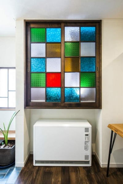 玄関の収納 (瑠璃色タイルが美しい、レトロモダンな家)