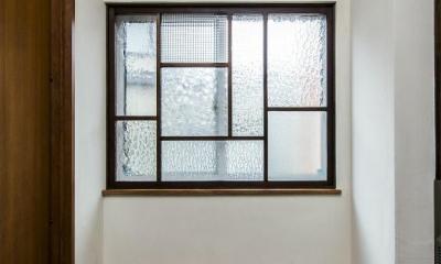 瑠璃色タイルが美しい、レトロモダンな家 (玄関のFIXにガラスのパッチワーク)