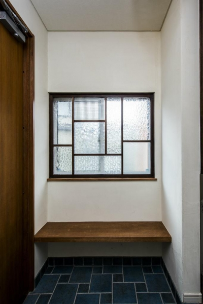 玄関のFIXにガラスのパッチワーク (瑠璃色タイルが美しい、レトロモダンな家)