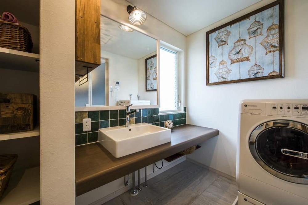 瑠璃色タイルが美しい、レトロモダンな家 (洗面室)