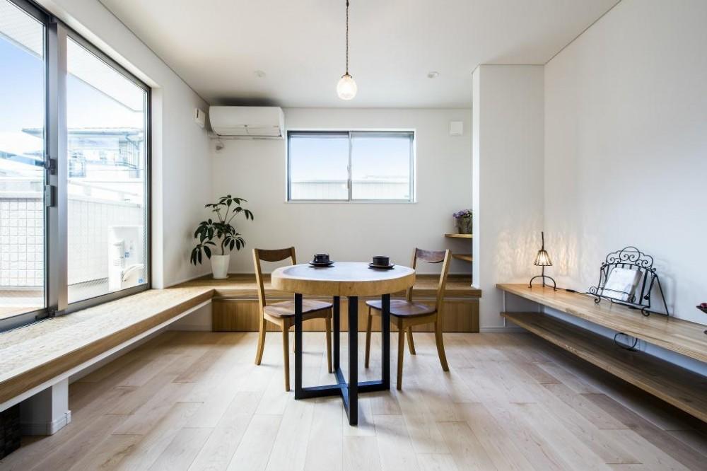 紺×白のナチュラルモダンな家 (リビング)