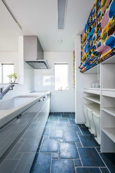 紺×白のナチュラルモダンな家 (キッチン)